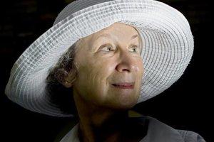 Keď písala knihu Príbeh služobnice, Margaret Atwoodová podnikla niekoľko výletov za železnú oponu.