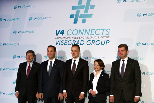 Aktuálne maďarské predsedníctvo V4 zvolalo do Budapešti schôdzku ministrov vonkajších ekonomických vzťahov a hospodárstva, na ktorú pozvali aj austrálskeho ministra obchodu, cestovného ruchu a investícií Stevena Cioba (druhý zľava). Na snímke ďalej český minister priemyslu a obchodu Tomáš Hüner (vľavo), šéf maďarskej diplomacie Péter Szíjjártó (upprostred), poľská ministerka podnikania a technológií Jadwiga Eillewicz (druhá sprava) a  minister hospodárstva SR Peter Žiga. (vpravo).