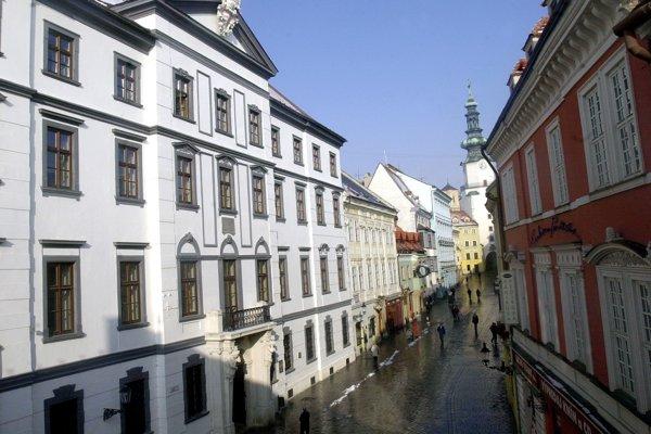 V bývalej budove uhorského snemu z rokov 1847-48 je teraz  Univerzitná knižnica.