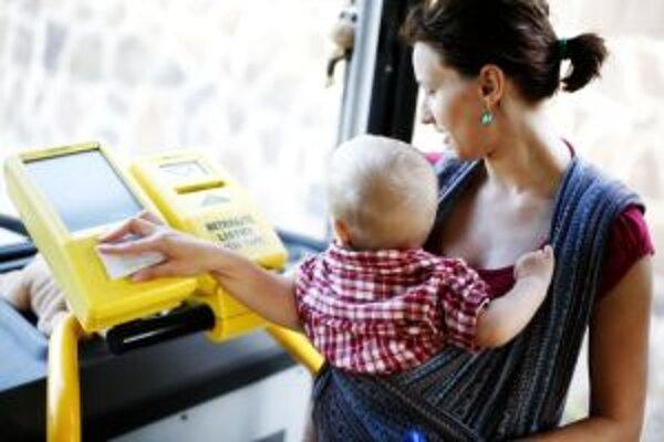 Mamičky sú pri cestovaní s deťmi v babyvakoch znevýhodnené oproti tým, ktoré ich majú v kočiaroch.