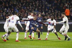 Kylian Mbappé medzi hráčmi Lyonu.
