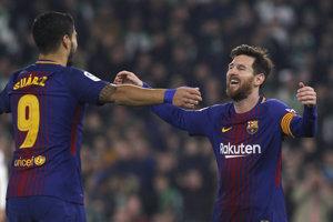 Lionel Messi (vpravo) a Luis Suárez sa radujú po jednom z gólov.