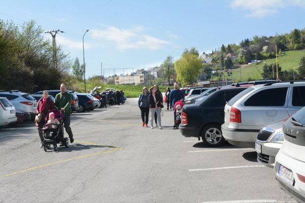 Tak to vyzeralo minulý rok. Pri zoo sa zrejme od apríla skončí parkovanie zadarmo.