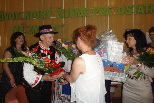 Jozef Grác prijíma gratulácie pri minuloročnej oslave 70. výročia svojho sobáša.