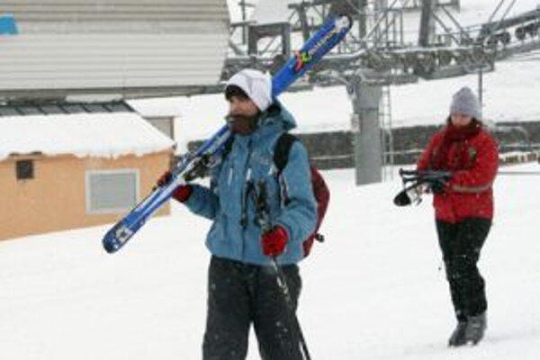 Prázdniny prvých troch krajov priniesli do hôr viac lyžiarov