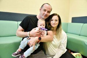 Malá Alžbetka s rodičmi.