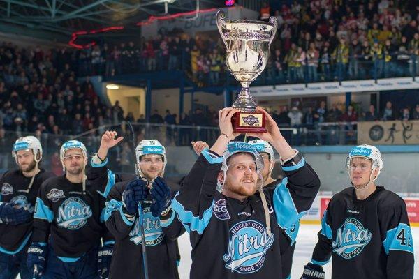 Kapitán Nitry Michal Krištof s víťazným pohárom.