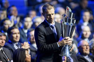 Prezident Európskej futbalovej únie (UEFA) Aleksander Čeferin s trofejou pre víťaza Ligy národov.