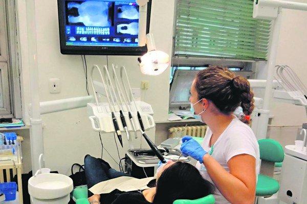 Súčasťou štúdia je tiež niekoľkotýždňová stáž v zubnej ambulancii.