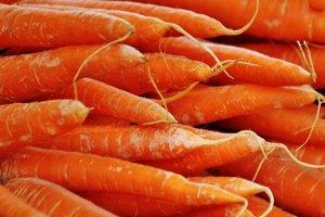 Vitamín A. Nachádza sa v pečeni, mrkve, sladkých zemiakoch a v špenáte.