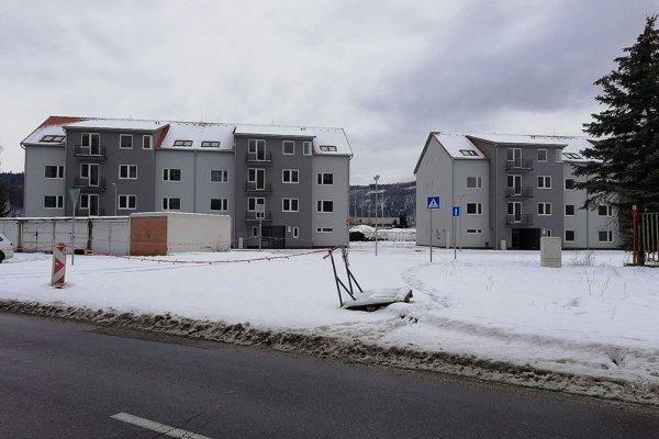 Nové bytovky pri futbalovom štadióne čakajú na nájomníkov.
