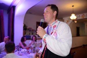Organizátor aj moderátor. Súčasťou svadieb bývajú tradície, prípitky apríhovory, ale aj rôzne hry.