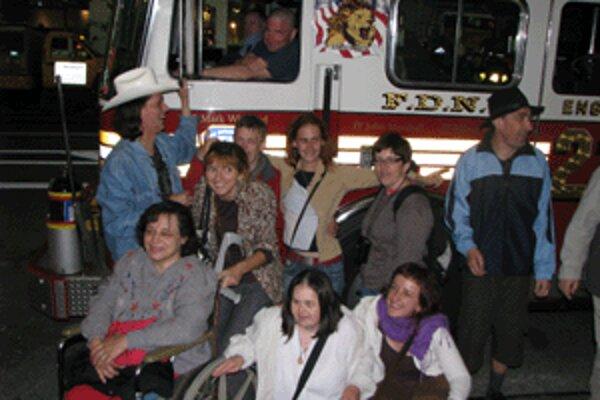 Divadelníci pri hasičskom aute na Times Square v New Yorku.