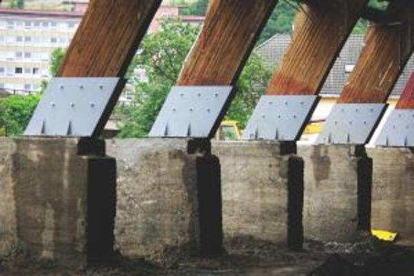 Spoje medzi drevenými a betónovými piliermi museli spevniť.