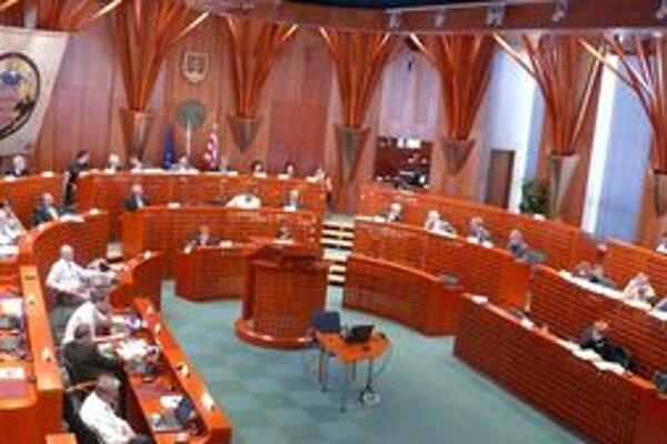 POslanci rozdelili prebytok z minulého roka.