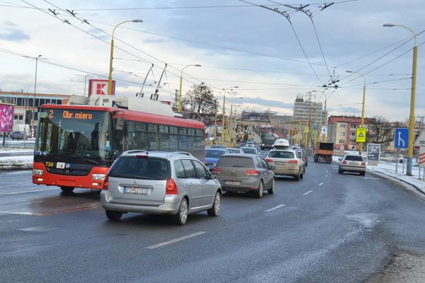 Mestská hromadná doprava. Po novom by ju už nemala na semaforoch brzdiť červená.