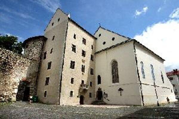 Kostol sv.Kríža, známy aj ako Slovenský kostol patrí k tým, ktorých interiér môžu turisti neraz obdivovať iba spoza dverí