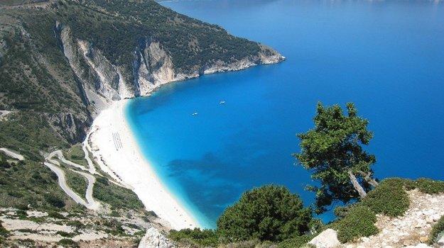 Pláž Myrtos má veľmi dramatickú prístupovú cestu.
