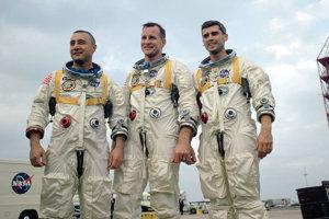 Apollo 1 mala byť prvá misia s ľudskou posádkou v programe Apollo. 27. januára 1967 však vzplanula kabína počas perdletového testu. Traja astronauti Gus Grissom, Ed White a Roger Chaffee počas požiaru umreli.