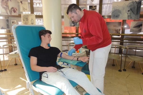 Krv daruje 19-ročný študent Martin Kabát.