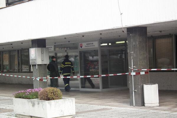 Pre nebezpečný obsah obálok museli zamestnancov súdu v novembri 2016 evakuovať.