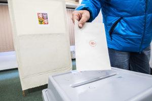 Volič vhadzuje svoj hlas do volebnej urny počas druhého kola českých prezidentských volieb.