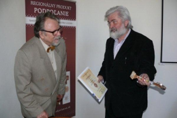 Certifikát si prevzal aj Milan Malček (vpravo)z Detvianskej umeleckej kolónie.