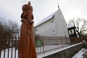 Na snímke drevená socha kráľa Žigmunda Luxemburského, v pozadí kostol Reformovanej kresťanskej cirkvi na Slovensku, v ktorej sú vzácne gotické fresky. Socha je súčasťou Kráľovskej aleje sôch Čečejovce.