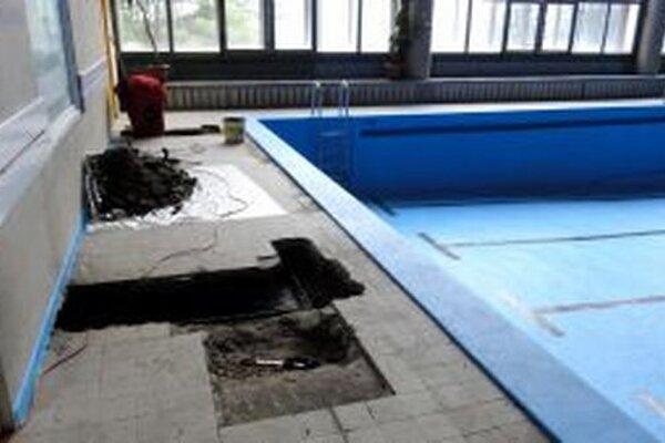 Stavebná firma začala vysekávať povrch podlahy.