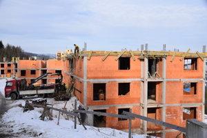 Pohľad na rozostavané bytové domy na sídlisku Žarec.