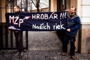 Proti výstavbe priehrady protestovali aktivisti už aj v Bratislave.