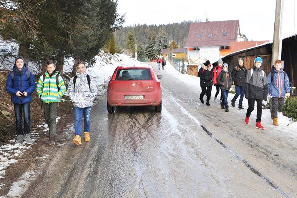 Po tejto ceste ku základnej škole chcú dať obchádzku pre kamióny.