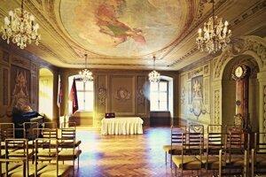 Sobášna sieň radnice v Banskej Štiavnici s umeleckými freskami.