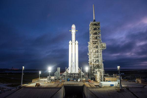Raketa Falcon Heavy pripravená na odpaľovacej rampe.