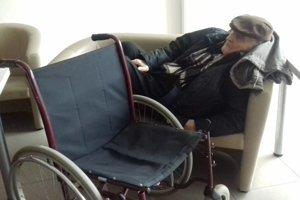 Senior počas čakania na sanitku.
