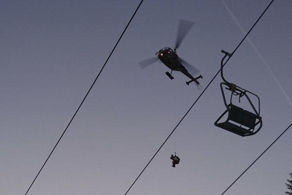 Na pomoc museli lyžiarom priletieť vrtuľníky.