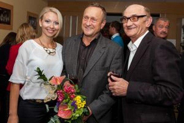 Víťazi diváckej ankety (zľava) herečka Barbora Špániková, režisér najúspešnejšej inscenácie Ľubomír Paulovič a herec Štefan Šafárik.