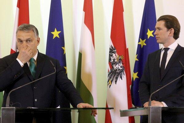 Maďarský premiér Viktor Orbán (vľavo) na tlačovke s rakúskym kancelárom Sebastianom Kurzom (vpravo).