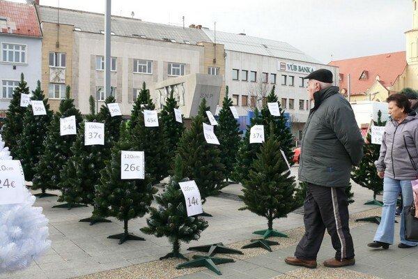 Aspoň stromčeky ľuďom pripomínali, že onedlho prídu Vianoce.