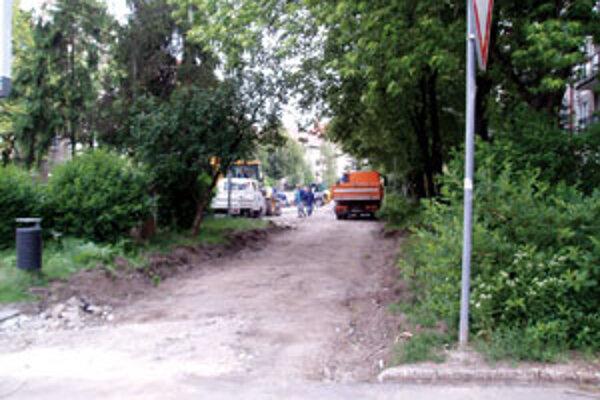 Do chodníka i cesty v centre mesta sa zahryzli ťažké mechanizmy.