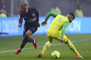 Kylian Mbappé dostal za zákrok červenú kartu.