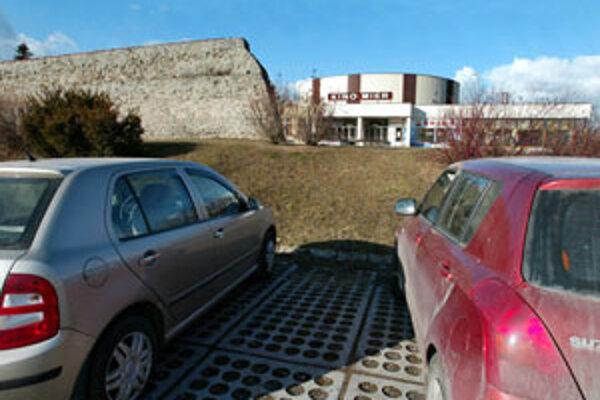 Pred Vianocami 2010 chce investor otvoriť prvú časť v takzvanej jame, ktorá donedávna slúžila ako parkovisko, druhú na mieste dnešného kina Mier o rok neskôr.