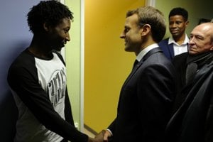 Francúzsky prezident Emmanuel Macron v utečeneckom tábore na severe Francúzska.