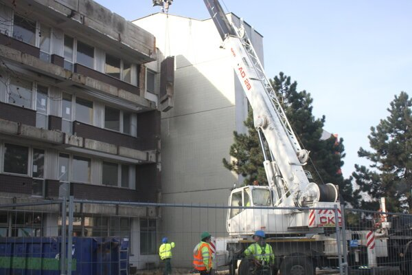 Z budovy odstránili balkóny.
