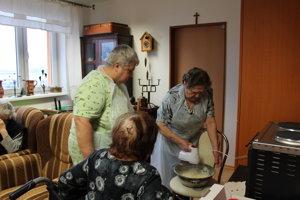 Pri príprave bublaniny využili seniori svoje recepty icukrárske skúsenosti.