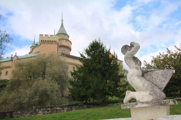 Autorom sochy žnice, ktorá je majetkom mesta, je akademický maliar Tibor Kavecký. Vytvoril ju v roku 1965.