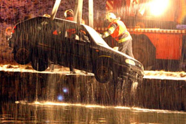 Auto vytiahli z vody zvolenskí hasiči.