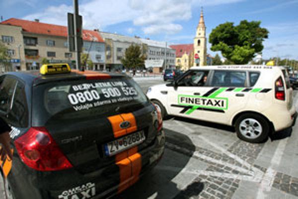 Taxikári žiadajú zníženie poplatkov za vyhradené boxy.