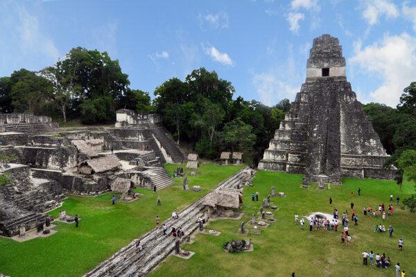 Ruiny mesta Tikal v pralese v Guatemale.
