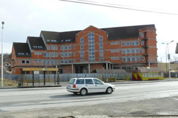 Ukončenie výstavby úradu bolo naplánované na jún 1999.